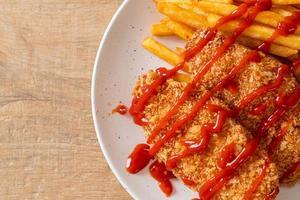 gebakken kipfilet steak met frietjes en ketchup foto