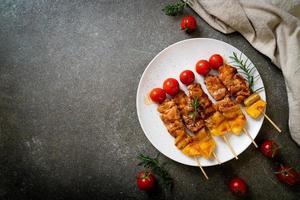 gegrilde varkensvlees barbecue spies op plaat foto