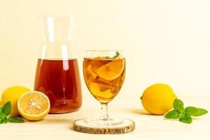 glas ijs-citroenthee met munt foto