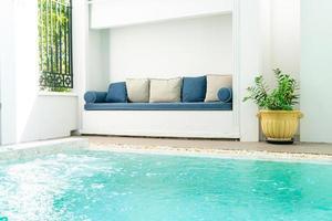 comfortabel kussen versieren op de bank rond het zwembad foto