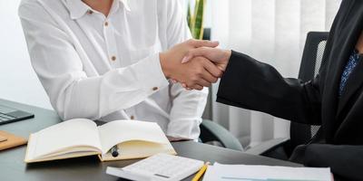 close-up van zakenmensen die handen schudden, vergadering afronden, zakelijke etiquette, felicitatie, fusie- en overnameconcept foto
