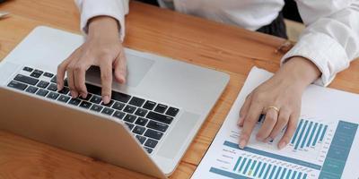 zakenvrouw investeringsconsulent analyseert jaarlijks financieel verslag balansoverzicht werken met documenten grafieken. concept foto van bedrijf, markt, kantoor, belasting