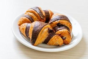 verse croissant met chocolade op bord foto