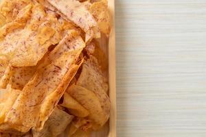 taro chips gebakken of gebakken gesneden taro foto