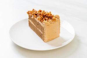 zelfgemaakte koffie amandelen cake op witte plaat foto
