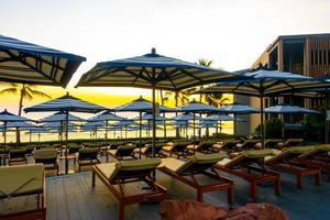 parasols en stoelen rond het buitenzwembad in het hotelresort voor vakantie vakantie reizen achtergrond foto