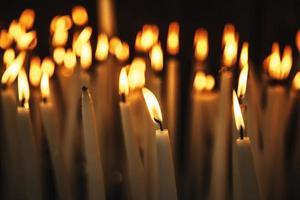 kaarsen aangestoken met vlam foto