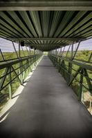 voetgangersbrug in de natuur foto