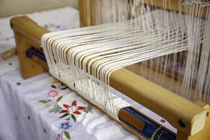 draaien met een houten spinnewiel foto