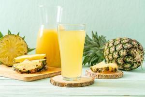vers ananassap op houten achtergrond foto
