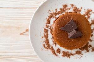 chocolade pannenkoek stapel met chocolade poeder foto