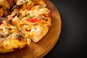zeevruchten van garnalen, octopus, mossel en krabpizza op houten dienblad foto