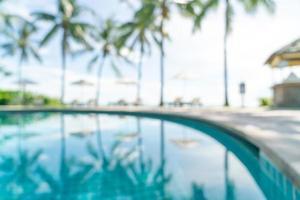abstract vervagen bed zwembad rond zwembad in luxe hotelresort voor achtergrond - vakantie en vakantie concept foto