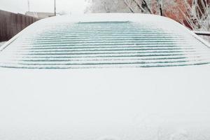 ijs smelt op de achterruit van de auto - elektrische raamverwarming met contactstrips foto
