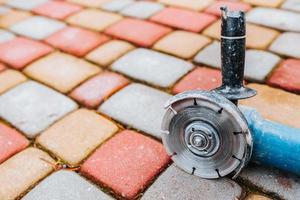 professioneel leggen van wegsteen en straatstenen voor wandelen en parkeren - stoeptegels foto