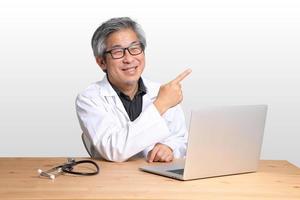 Aziatische man zit foto