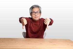 Aziatische man aan de balie foto