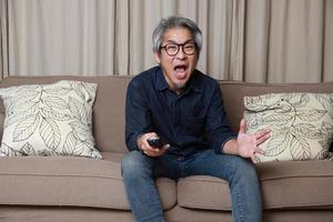 Aziatische man in de woonkamer the foto