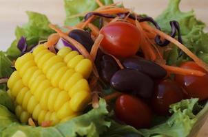 verse groentesalade met macro close-up voor voedselachtergronden foto