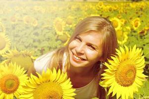 lachende jonge vrouw in veld zonnebloemen, landbouwtijd op het platteland foto