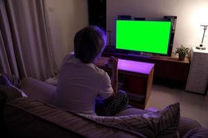 aziatische man televisie kijken foto