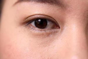 borstel op ogen foto