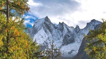 pizzo badile op de rhätische alpen in de bregaglia vallei zwitserland foto