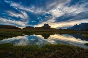 berglandschap bij zonsondergang bij een alpenhut foto