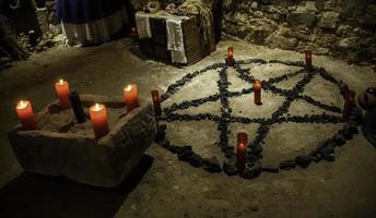 altaar voor satanische rituelen foto