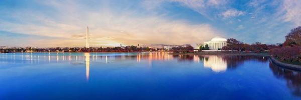 Jefferson Memorial en Washington Monument weerspiegeld op getijdebassin in de ochtend. foto
