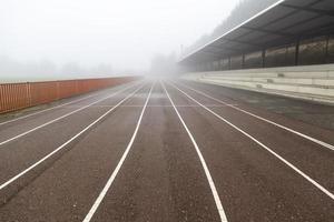 atletiekbaan met mist foto