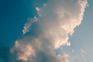 diepblauwe lucht en hoge wolken in de zonnestralen bij zonsondergang foto