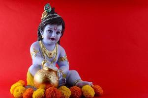 hindoe god krishna op rode achtergrond foto