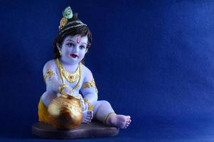 hindoe god krishna op blauwe achtergrond foto