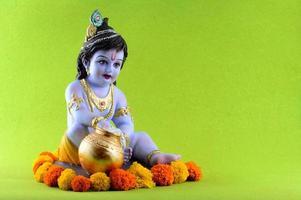 hindoe god krishna op groene achtergrond foto