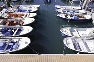 boten afgemeerd aan een pier aan zee foto
