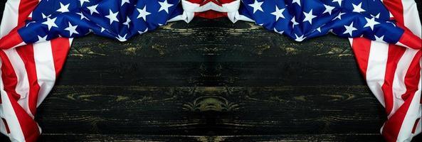 Amerikaanse vlaggen op zwarte houten achtergrond foto