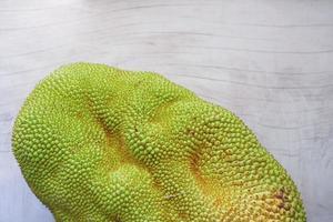 bovenaanzicht van jackfruits in een kom op tafel. foto