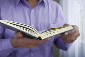 moslim man hand met heilige boek koran met kopie ruimte foto