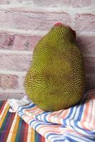 grote rijpe jackfruits op tafel. foto