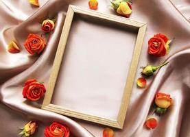 bloemen samenstelling. houten frame en rode rozen en bladeren foto