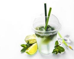 mojito cocktail met limoen en munt foto