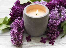 kaars en lila bloemen foto