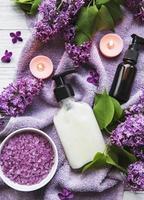 spa setting met lila bloemen foto