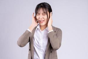 jonge Aziatische zakenvrouw voelt zich onder druk gezet door de deadline foto