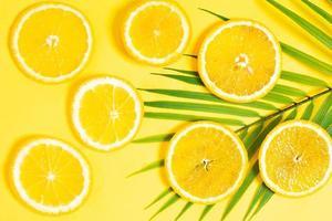 sinaasappelschijfjes op een gele achtergrond foto