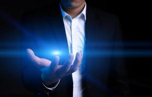 bijgesneden afbeelding van een Aziatische zakenman die een halo probeert te grijpen foto