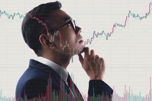 portret van aziatische zakenman die aandelenmarkt bestudeert foto