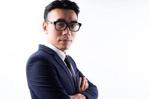 portret van Aziatische zakenman met gekruiste armen met vertrouwen with foto