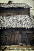 besneeuwd stenen huis foto